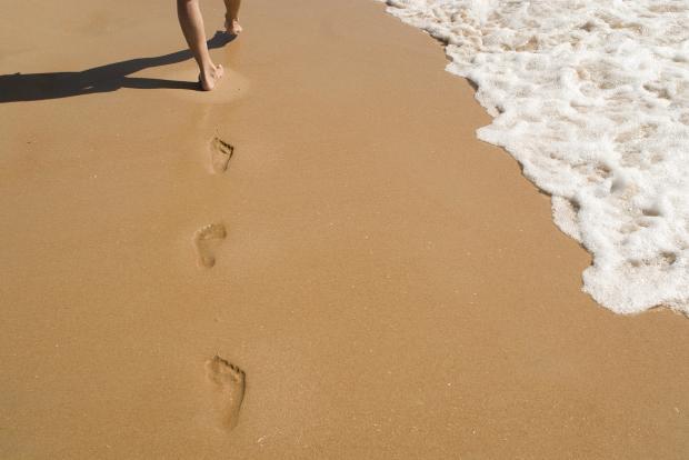 ноги, следы на песке