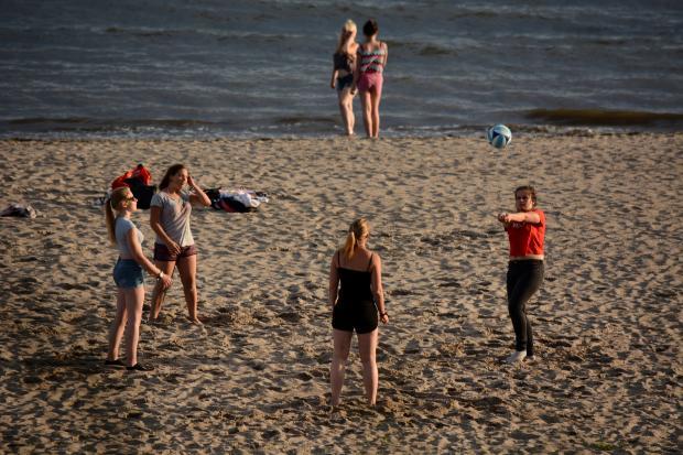 девушки играют в волейбол на пляже