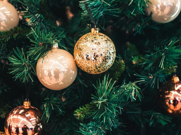 Елочные украшения на елке