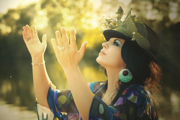 красивая девушка в шляпке