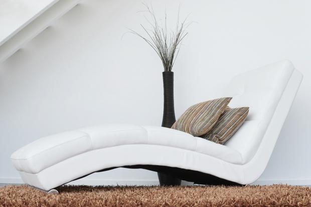 лежанка с подушками