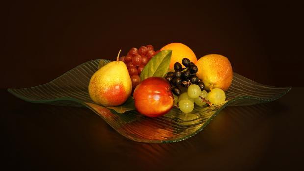 свежие фрукты в вазе