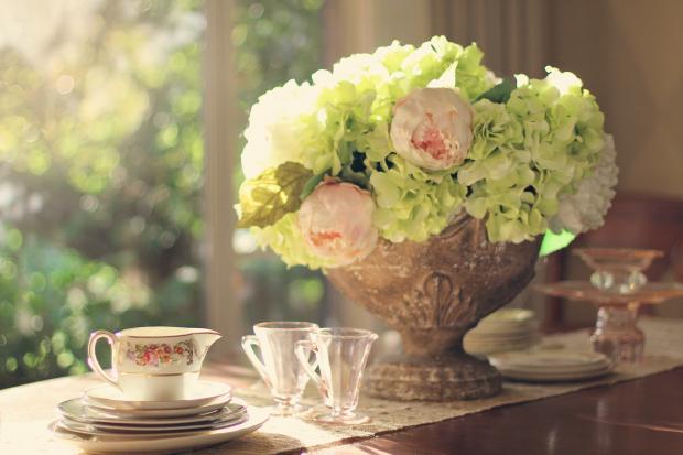 букет цветов в вазе на столике