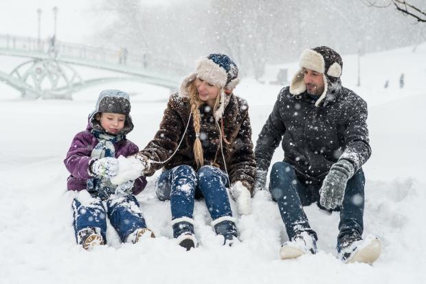 Семья играет в снегу