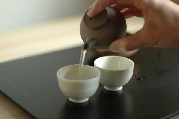 заварник с водой, две маленькие белые чашки
