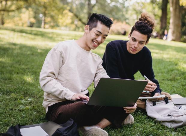 Молодые люди сидят перед компьютером