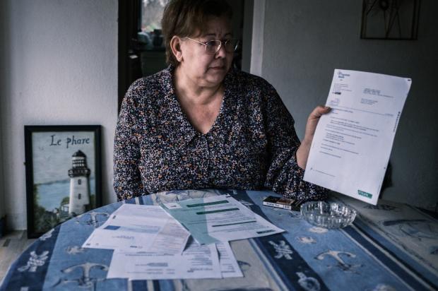 Женщина с документами в руке