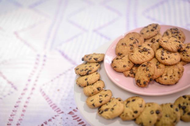 Домашнее печенье на розовой тарелке