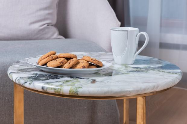 Домашнее печенье и чашка напитка