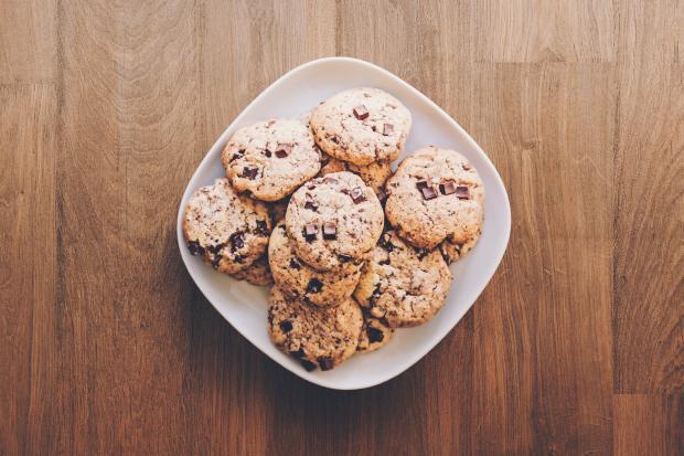 Домашнее печенье на белой тарелке