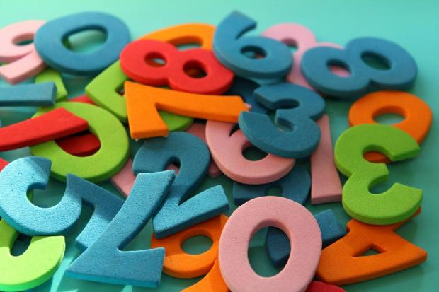 груда разноцветных и разнообразных цифр