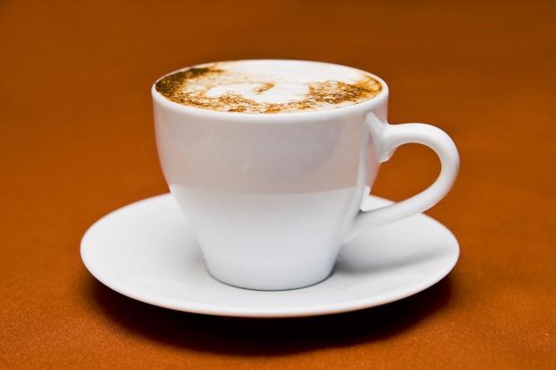белая чашка на блюдце с капучино