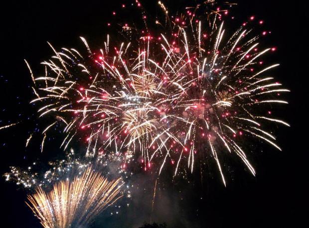 новогодний фейерверк в ночном небе