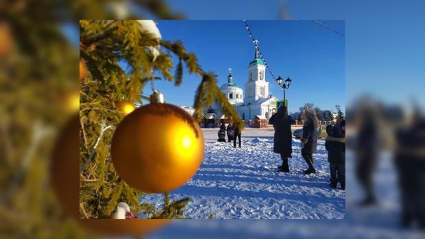 красивый шар на новогодней елке на фоне церкви