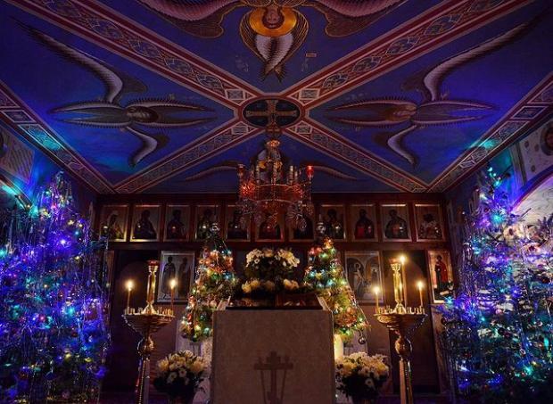 празднично украшенная церковь