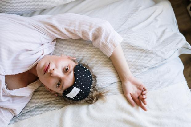 Девушка в пижаме и маске для сна