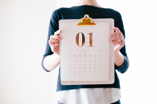 календарь на январь у женщины в руках
