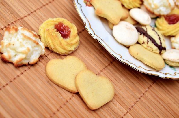 различные виды печенья лежат на столе и деревянной салфетке