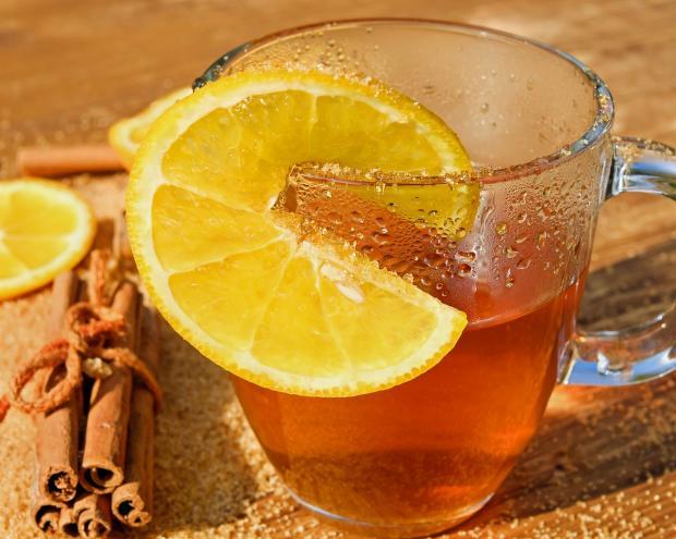 стеклянная кружка чаю с лимоном