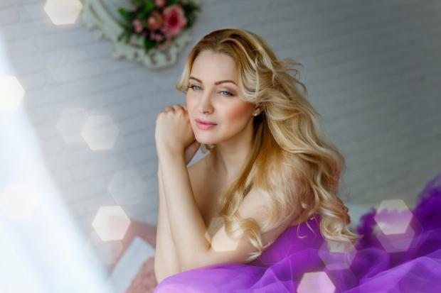 девушка в фиолетовом платье с длинными белыми волосами