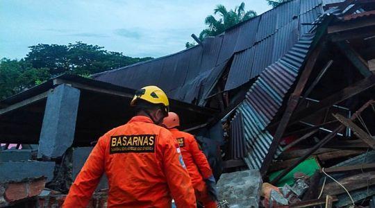разрушенное здание в Индонезии