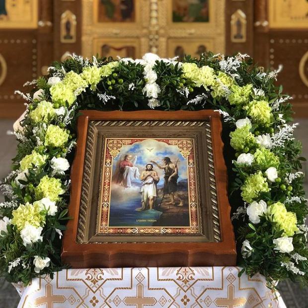 икона Крещения Господня лежит на аналое