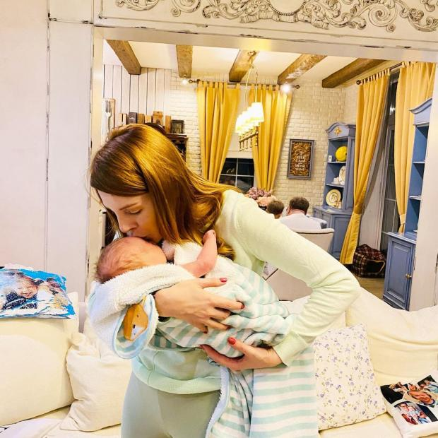 Наталья Подольская целует сына Ванечку