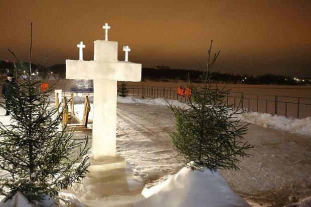 крест с елочками около церкви