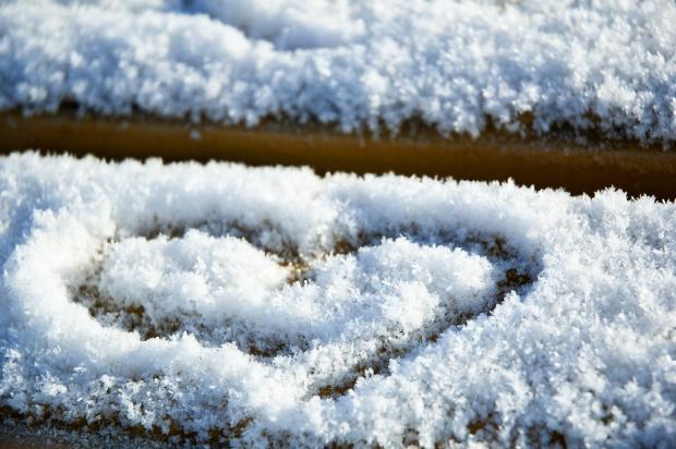 нарисованное на снегу сердце