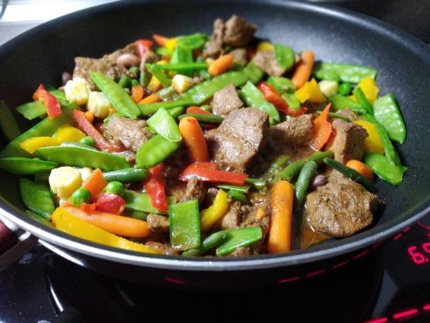 овощи и мясо, жаренные на сковороде