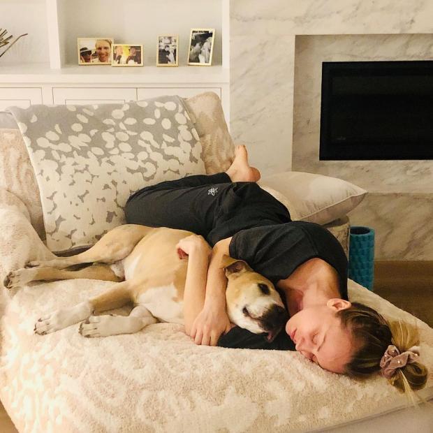 Кейли Куоко с собакой