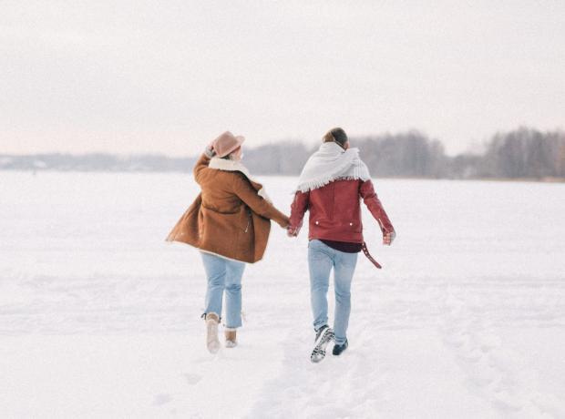 молодые люди идут по снегу