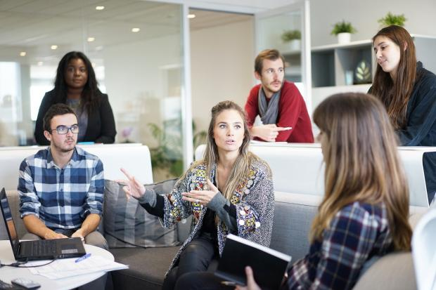 молодые люди в офисе на совещании