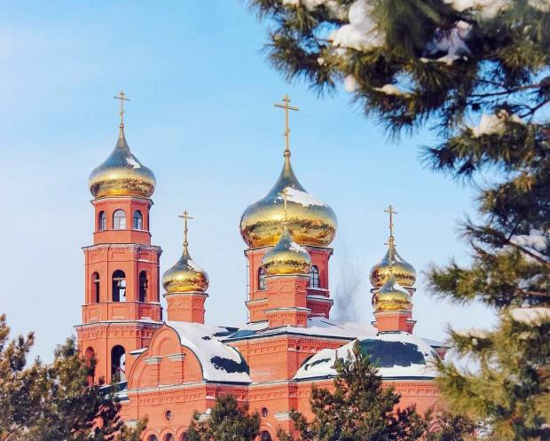 Церковь из красного кирпича с золотыми куполами