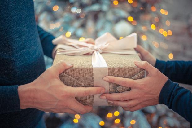 подарок передают из рук в руки