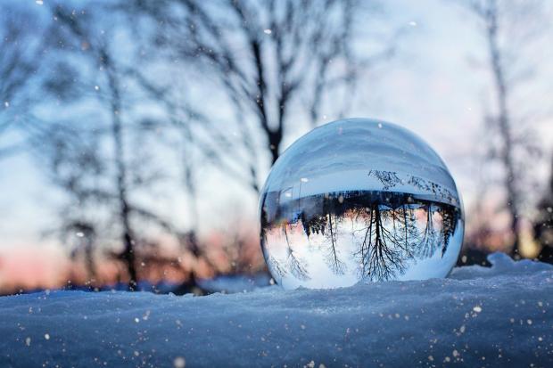 хрустальный шар лежит на снегу