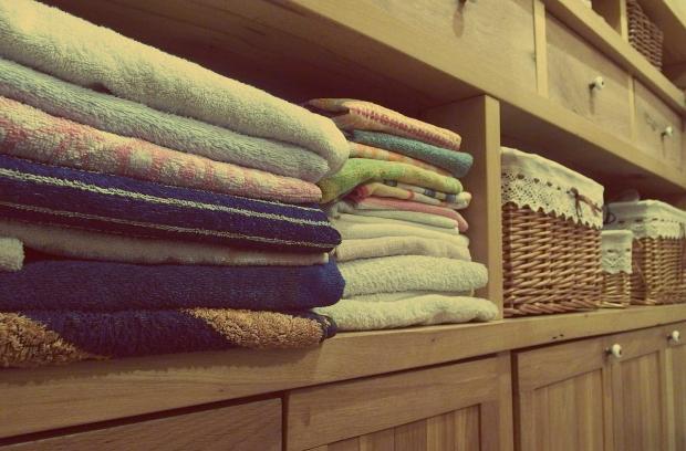 система хранения полотенец в шкафу
