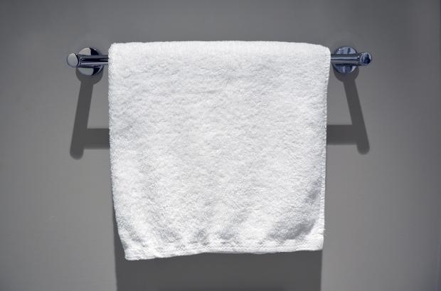 висит белое полотенце