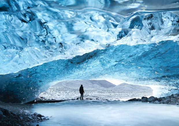 Мужчина в ледяной пещере