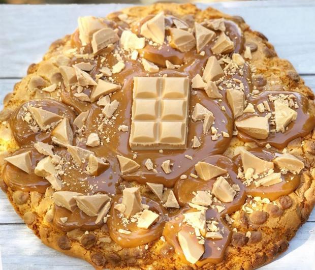 Большое печенье с карамелью и шоколадом