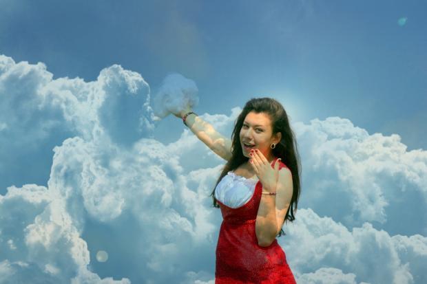 девушка держит в руке облако