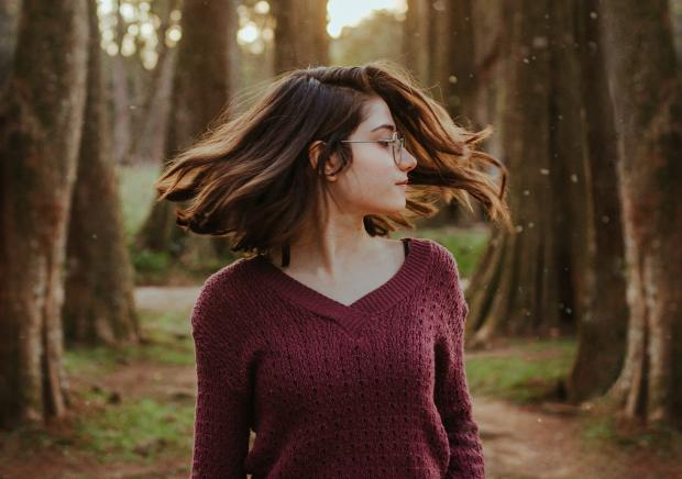 Девушка в очках и фиолетовом свитере