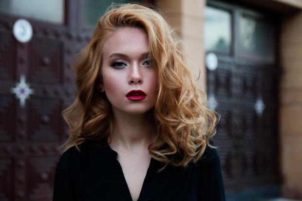 Блондинка в черной блузе
