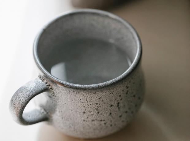 Горячая вода в серой чашке