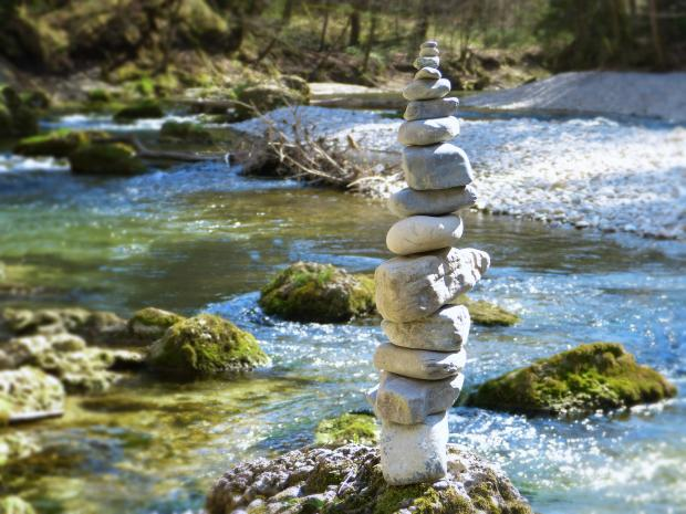 река, пирамида из камней на берегу