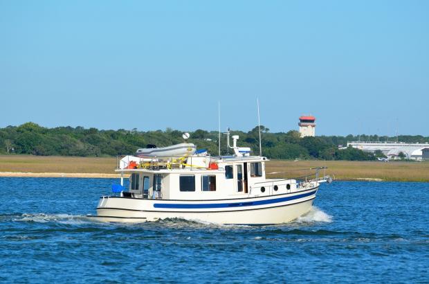 роскошная яхта плывет по морю