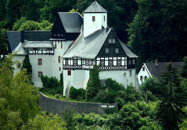 белоснежный замок стоит в горах