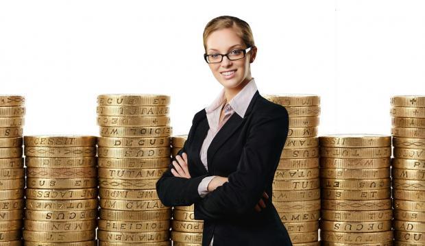 деловая леди в костюме на фоне столбиков с золотыми монетами