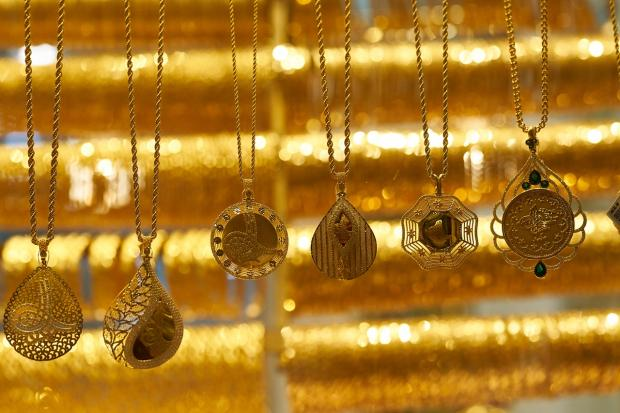 золотые украшения - кулоны весят на цепочках