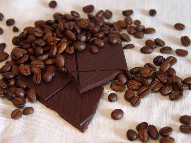 кусочки черного шоколада, зерна кофе